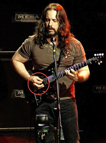 Cara memegang pick gitar dengan benar
