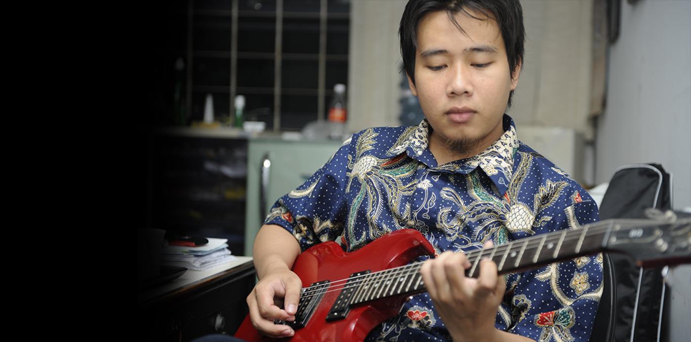 11 trik untuk menyanyi sambil memainkan gitar bersamaan
