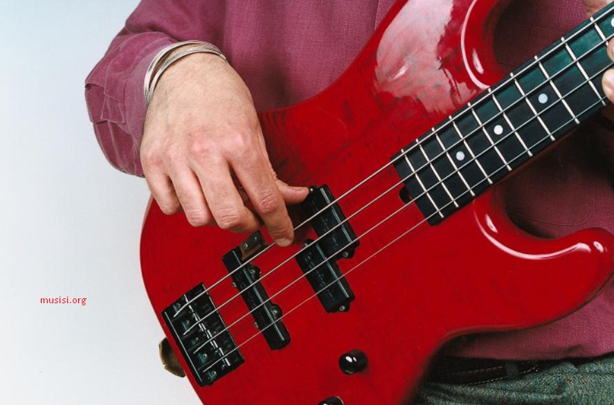 Cara memetik senar bass yang benar jempol bertumpu pada pick up jari telunjuk memetik senar paling atas nada rendah
