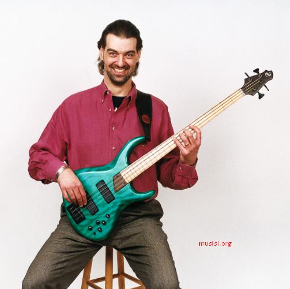 cara memegang bass dengan benar pada saat posisi duduk