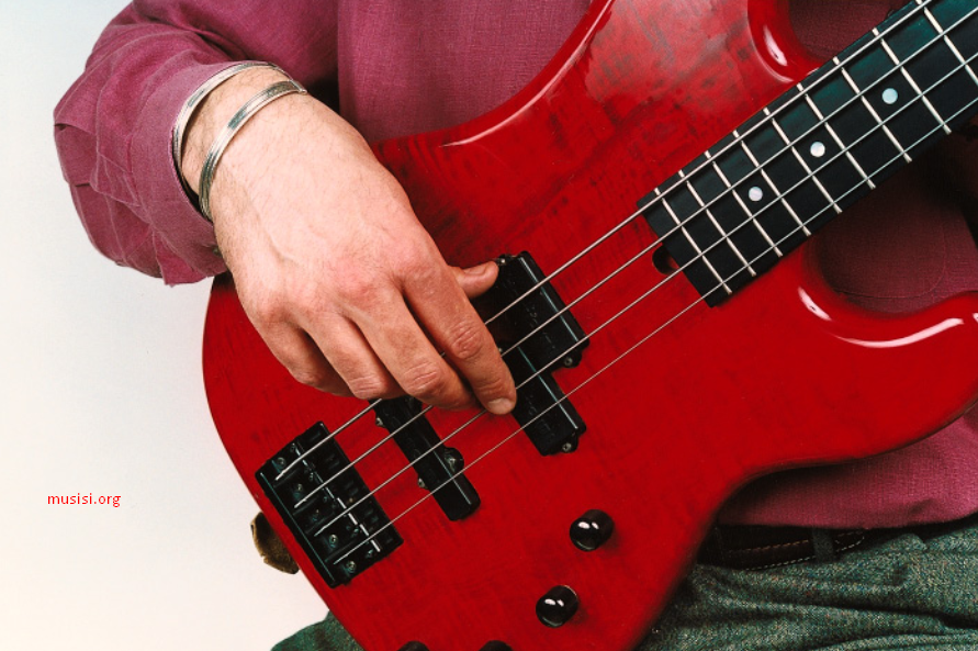 cara memetik senar bass yang benar dengan tangan kanan pada posisi yang tepat menempel pick up