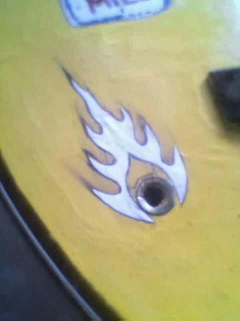 Langkah Cara Membuat Gitar Akustik Menjadi Gitar Elektrik lubang colokan gitar