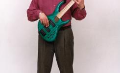 cara memegang bass dengan benar pada saat berdiri