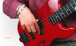 cara memetik senar bass yang benar jempol menempel pick up jari telunjuk menjangkau senar paling bawah