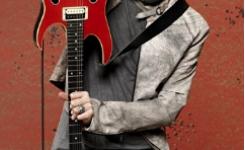 foto-paul-gilbert-dengan-gitar-ibanez-merah